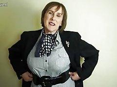 Неслухняний британський літні мама, граючи з її волохата кицька