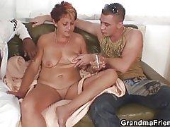 Сексуальні бабусі смокче і скаче за один раз
