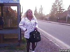 Блондинка старі бабусі їде молодих Дік